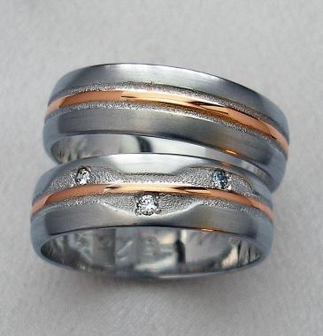 Trauringe gestalltet nach dem Wunsch eines Kunden-besetzt mit Diamanten