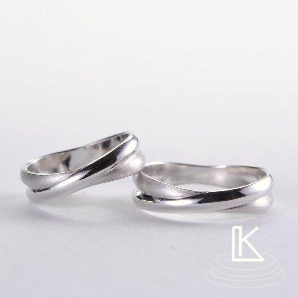 Trauringe aus Weißgold erzeugt die Ilusion zweier Ringe die in einander verflochten sind