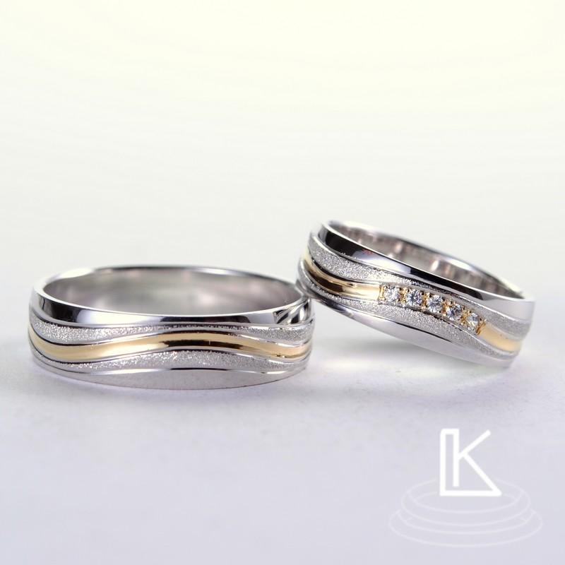 Ehering aus kombiniertem Gold, bestehend aus einer Reihe von schrägen Rillen